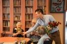 8.03 Dzień Kobiet - wręczenie kwiatów przez przedstawiciela kwiaciarni oraz wystep zespołu Trojka i pracowników Domu